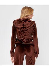 CUORI e PICCHE - Brązowa bluza TRICK II z aksamitu. Typ kołnierza: kaptur. Kolor: brązowy. Materiał: dresówka. Długość rękawa: długi rękaw. Długość: długie. Styl: klasyczny