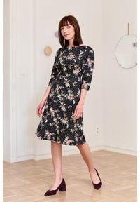 Marie Zélie - Sukienka Asteria Fascinata 32. Materiał: elastan, materiał, tkanina, skóra, bawełna. Wzór: gładki, aplikacja, kwiaty. Typ sukienki: trapezowe. Styl: klasyczny