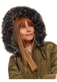 TOP SECRET - Długa pikowana kurtka z futrzanymi pomponami. Kolor: brązowy. Materiał: futro. Długość: długie. Sezon: zima