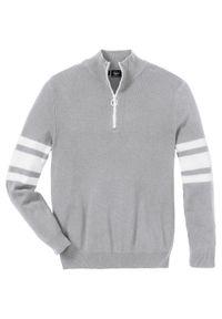 Sweter ze stójką z zamkiem, z bawełny z recyklingu bonprix jasnoszary melanż. Typ kołnierza: kołnierzyk stójkowy. Kolor: szary. Materiał: bawełna. Wzór: melanż. Styl: sportowy