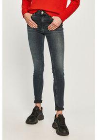 Tommy Jeans - Jeansy Nora. Kolor: niebieski