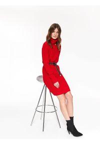 Czerwona sukienka TOP SECRET casualowa, z golfem, w kolorowe wzory