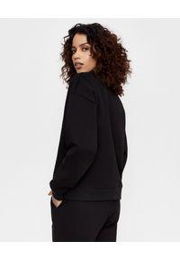 JENESEQUA - Czarna bluza z logo. Okazja: na co dzień. Kolor: czarny. Materiał: dresówka, bawełna. Długość rękawa: długi rękaw. Długość: długie. Wzór: aplikacja. Styl: casual