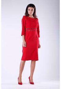 Nommo - Czerwona Elegancka Ołówkowa Sukienka z Dodatkami w Panterkę. Kolor: czerwony. Materiał: wiskoza, poliester. Wzór: motyw zwierzęcy. Typ sukienki: ołówkowe. Styl: elegancki