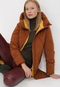 Born2be - Brązowa Kurtka Oreithamia. Kolor: brązowy. Materiał: tkanina, puch. Długość: długie. Wzór: aplikacja