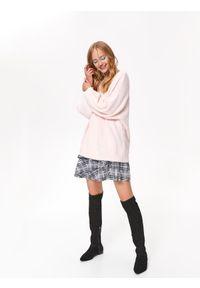 Różowy sweter TOP SECRET na co dzień, w kolorowe wzory, casualowy, długi