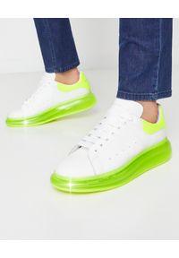 Alexander McQueen - ALEXANDER MCQUEEN - Białe sneakersy z piętą fluo. Kolor: żółty. Wzór: gładki