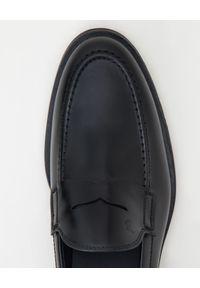 TOD'S - Czarne skórzane loafery. Kolor: czarny. Materiał: skóra. Wzór: aplikacja. Obcas: na obcasie. Wysokość obcasa: niski #4