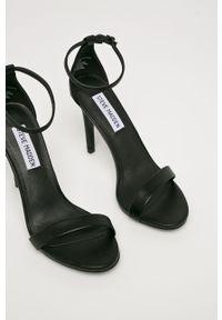 Czarne sandały Steve Madden na średnim obcasie, gładkie, z okrągłym noskiem, na klamry