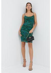 Guess - Sukienka. Kolor: zielony. Materiał: tkanina. Długość rękawa: na ramiączkach. Typ sukienki: dopasowane