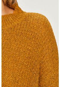 Oliwkowy sweter Jacqueline de Yong z okrągłym kołnierzem, długi, z długim rękawem
