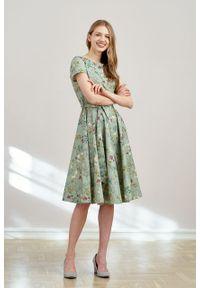 Marie Zélie - Sukienka Alana Ficiforma zielona krótki rękaw. Typ kołnierza: kokarda. Kolor: zielony. Materiał: bawełna, skóra, materiał, elastan. Długość rękawa: krótki rękaw. Styl: wizytowy, elegancki