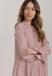 Renee - Ciemnoróżowa Sukienka Rhaeninix. Kolor: różowy. Długość rękawa: długi rękaw. Wzór: nadruk. Długość: maxi