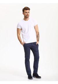 TOP SECRET - Spodnie męskie typu chino o regularnym kroju. Okazja: do pracy. Kolor: niebieski. Materiał: elastan, materiał, bawełna