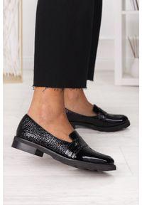 PRO-MODA - Czarne półbuty mokasyny lakierowane polska skóra pro-moda 2589/035. Kolor: czarny. Materiał: skóra, lakier