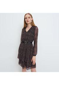 Mohito - Wzorzysta sukienka z paskiem - Beżowy. Kolor: beżowy