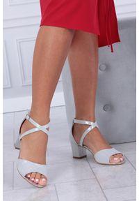 Srebrne sandały Casu z paskami, w kolorowe wzory