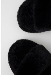 Answear Lab - Kapcie. Kolor: czarny. Materiał: materiał, guma. Wzór: gładki. Styl: wakacyjny