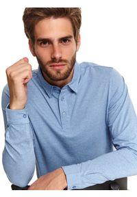 TOP SECRET - Koszula dzianinowa w stylu polo. Okazja: do pracy, na co dzień. Typ kołnierza: polo. Kolor: niebieski. Materiał: dzianina. Długość rękawa: długi rękaw. Długość: długie. Sezon: wiosna. Styl: casual