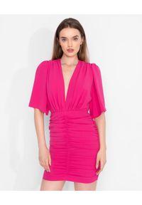 MARLU - Różowa sukienka mini z marszczeniem. Kolor: różowy, fioletowy, wielokolorowy. Materiał: wiskoza, tkanina. Typ sukienki: kopertowe, dopasowane. Styl: klasyczny. Długość: mini