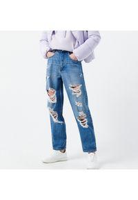 Cropp - Jeansy z przetarciami - Niebieski. Kolor: niebieski