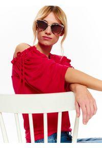 TOP SECRET - Bluza damska cold shoulder. Okazja: na co dzień. Kolor: czerwony. Materiał: dzianina. Długość rękawa: krótki rękaw. Sezon: lato, wiosna. Styl: elegancki, casual