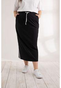 Moda Size Plus Iwanek - Czarna długa spódnica dresowa Betty XXL OVERSIZE LATO. Okazja: do pracy. Kolor: czarny. Materiał: dresówka. Długość: długie. Sezon: lato
