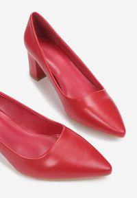 Renee - Czerwone Czółenka Merezen. Okazja: na spotkanie biznesowe. Nosek buta: szpiczasty. Zapięcie: bez zapięcia. Kolor: czerwony. Wzór: jednolity. Obcas: na słupku. Styl: biznesowy, elegancki