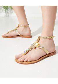 MYSTIQUE SHOES - Skórzane sandały z kryształami. Kolor: złoty. Materiał: skóra. Wzór: paski, aplikacja