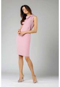 Nommo - Jasnoróżowa Ołówkowa Sukienka z Kokardą. Typ kołnierza: kokarda. Kolor: różowy. Materiał: wiskoza, poliester. Typ sukienki: ołówkowe