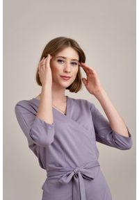 Marie Zélie - Sukienka Filomena ametystowa. Typ kołnierza: dekolt kopertowy. Kolekcja: moda ciążowa. Kolor: fioletowy. Materiał: bawełna, dzianina, materiał, elastan, tkanina, skóra. Typ sukienki: proste, kopertowe. Styl: klasyczny, młodzieżowy