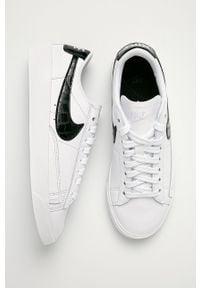 Białe buty sportowe Nike Sportswear na obcasie, z okrągłym noskiem, z cholewką, na sznurówki