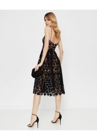 SELF PORTRAIT - Koronkowa sukienka midi. Kolor: czarny. Materiał: koronka. Długość rękawa: na ramiączkach. Wzór: ażurowy, koronka. Typ sukienki: rozkloszowane, dopasowane. Styl: klasyczny. Długość: midi