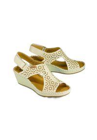 Pikolinos - PIKOLINOS MARGARITA 943-1690 nata, sandały damskie. Zapięcie: rzepy. Kolor: beżowy. Materiał: skóra. Wzór: ażurowy. Obcas: na koturnie