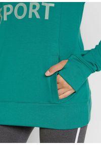 Lekka bluza z kapturem i nadrukiem bonprix dymny szmaragdowy. Typ kołnierza: kaptur. Kolor: niebieski. Wzór: nadruk