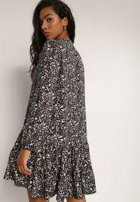 Renee - Granatowa Sukienka Phoebilea. Kolor: niebieski. Długość rękawa: długi rękaw. Wzór: kwiaty, kolorowy. Styl: klasyczny. Długość: mini
