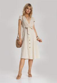 Renee - Jasnobeżowa Sukienka Eluronis. Kolor: beżowy. Materiał: materiał. Długość rękawa: krótki rękaw. Wzór: haft, ażurowy. Typ sukienki: rozkloszowane. Długość: midi