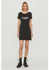 Love Moschino - Sukienka. Kolor: czarny. Materiał: dzianina. Długość rękawa: krótki rękaw. Wzór: nadruk. Typ sukienki: dopasowane