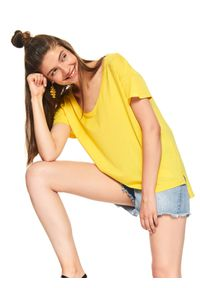 TOP SECRET - Damski gładki t-shirt oversize. Okazja: na co dzień. Kolor: żółty. Materiał: bawełna. Długość rękawa: krótki rękaw. Długość: krótkie. Wzór: gładki. Sezon: jesień, zima. Styl: casual