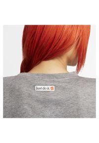 Koszulka damska Nike Dri-FIT CJ3480. Materiał: poliester, materiał, bawełna. Długość rękawa: krótki rękaw. Technologia: Dri-Fit (Nike). Długość: krótkie. Sport: fitness