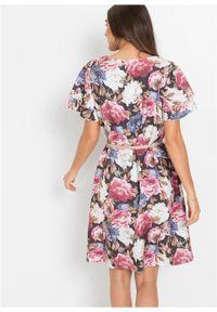 Sukienka z nadrukiem bonprix jasnoróżowo-biało-niebieski w kwiaty. Typ kołnierza: dekolt w serek. Kolor: różowy. Materiał: tkanina. Wzór: nadruk, kwiaty