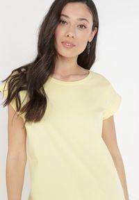 Born2be - Żółty T-shirt Kisenia. Kolor: żółty