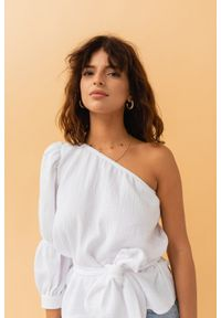 Marsala - Asymetryczny top z muślinu w kolorze BIAŁYM - SIENA BY MARSALA. Kolor: biały. Materiał: bawełna, tkanina, materiał, jeans. Styl: klasyczny