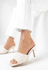 Born2be - Beżowe Klapki Thalaxise. Nosek buta: otwarty. Kolor: beżowy. Materiał: skóra ekologiczna. Wzór: aplikacja. Styl: elegancki