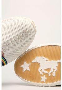 Białe buty sportowe Mustang z cholewką, na sznurówki