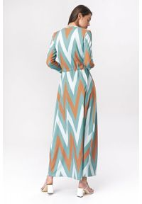 Nife - Lekko rozkloszowana sukienka szmizjerka maxi w zygzak. Okazja: do pracy, na spotkanie biznesowe. Wzór: nadruk. Typ sukienki: szmizjerki. Styl: boho, klasyczny, biznesowy. Długość: maxi