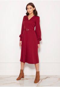 e-margeritka - Sukienka midi elegancka z bufiastymi rękawami bordo - 36. Okazja: do pracy. Materiał: materiał, poliester. Typ sukienki: proste, rozkloszowane. Styl: elegancki. Długość: midi