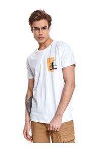 TOP SECRET - T-shirt z nadrukiem. Okazja: na co dzień. Kolor: biały. Materiał: bawełna, tkanina. Długość rękawa: krótki rękaw. Długość: krótkie. Wzór: nadruk. Sezon: lato. Styl: klasyczny, wakacyjny, casual, elegancki