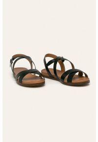 Czarne sandały Caprice na klamry, bez obcasa