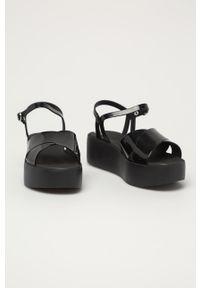 Czarne sandały zaxy na platformie, z motywem zwierzęcym